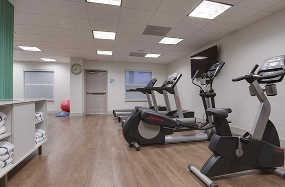 treadmills and ellipticals in Holiday Inn Express Orlando Airport fitness center'
