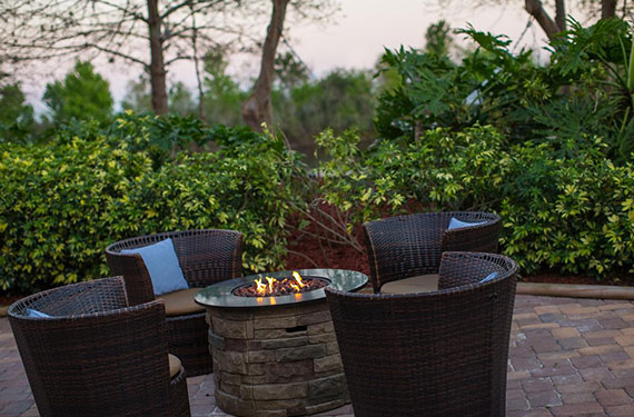 outdoor fire pit and seating at Marriott Lakeside Orlando Airport hotel'