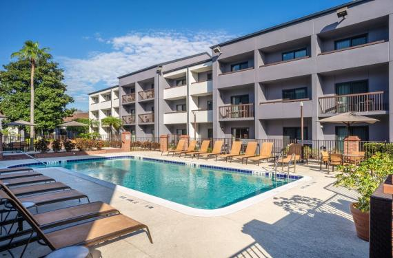outdoor pool and lounge chairs at Courtyard Marriott Orlando Airport hotel'